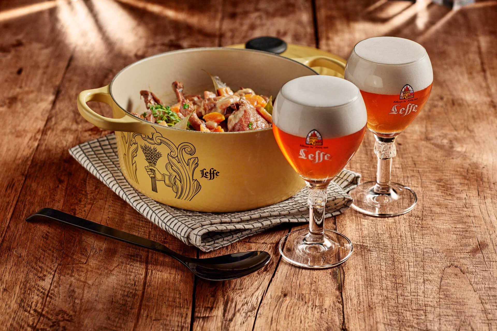 Leffe - food photography by Erik de Koning - pot with 2 glasses of beer
